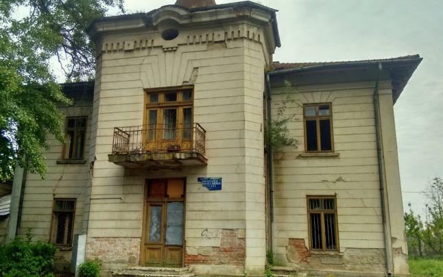 Conacul familiei scriitorului Mihail Sadoveanu se ruinează pe zi ce trece