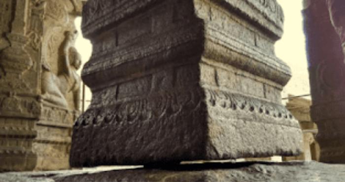 Ciudatenie într-un templu indian: coloana de susținere … nu atinge solul