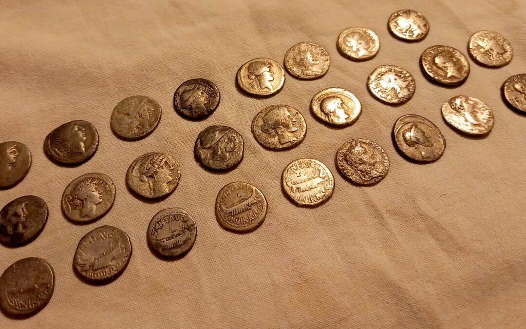 Tezaur cu 42 de monede romane, descoperit în apropierea unei fostei cetăți dacice