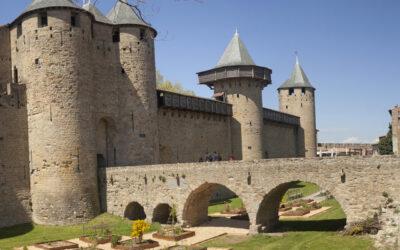Condițiile de trai în castelele medievale – toaleta o bancă cu gaură, iar camerele întunecate şi reci