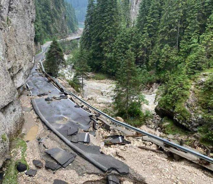 Unul dintre cele mai frumoase și populare trasee turistice din Bucegi, distrus de viitură