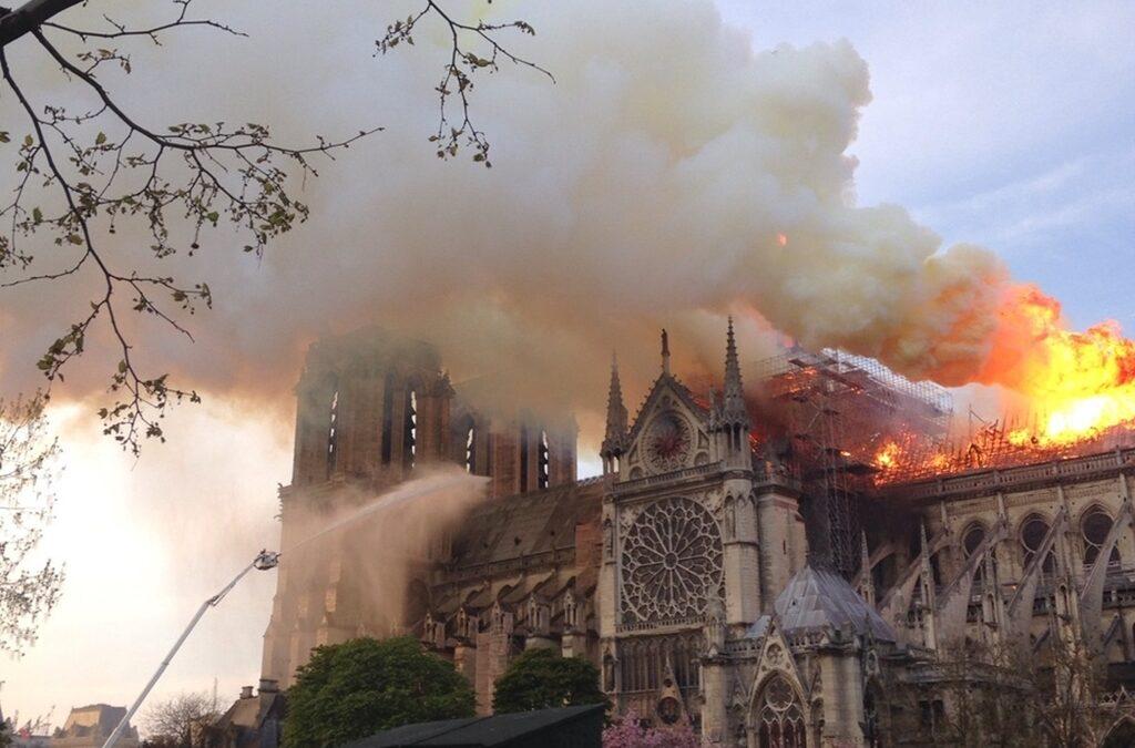 Încep lucrările de restaurare la Catedrala Notre-Dame din Paris