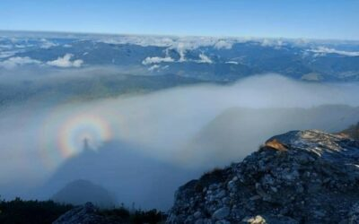 """Fenomen rar în munţii Bucegi: imagini cu efectul Gloria sau """"omul din nori"""""""
