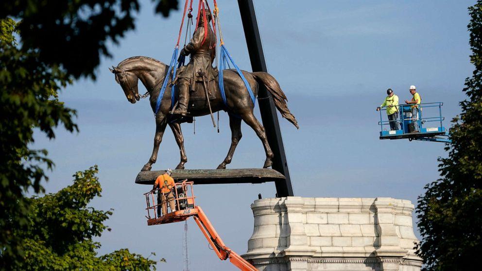 Statuia comandantului confederat Robert E. Lee,  a fost dată jos în Richmond, Virginia, fosta capitală a secesioniștilor în timpul războiului civil