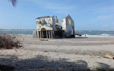 Vila-fantomă abandonată care se scufundă pe plaja din El Salvador