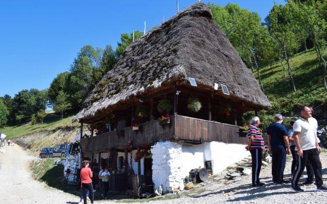 Casa cu acoperiş de paie din Munţii Apuseni, veche de peste 100 de ani, transformată în muzeu